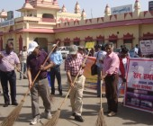 Rail  Hamsafar Week-Swachhata Abhiyan at Varanasi City Railway Station- DRM Varanasi & Dr.Rajanikant with volunteers. 26.05.2016