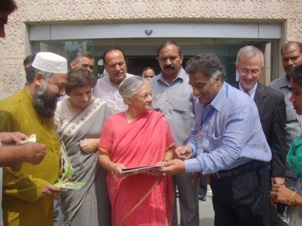 Dr.Rajani_Kant_Director_HWA_interacting_with_Hon_ble_Chief_Minister_of_N.Delhi_Ms._Sheela_Dixit