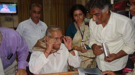 Dr.Rajanikant_interacting_with_great_Film_Writer___eminent_personality_of_Indian_Film_Industry_Shri_Guljar